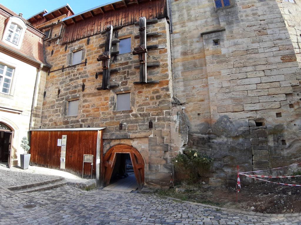 Ansicht des Storchenbaus vom Innenhof des Schlosses